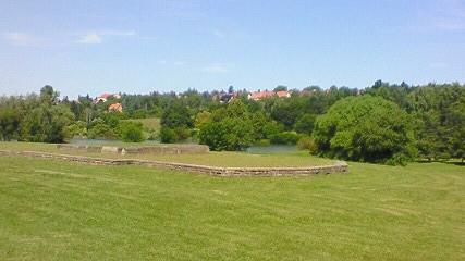 遠くに見える復興した「リディツェ村」