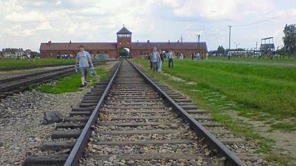 ビルケナウの鉄道と門