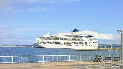 青森港の大型客船「The world」