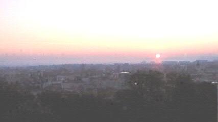 快晴の空に日の出です
