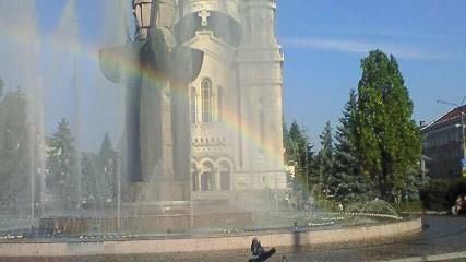 教会前の噴水と虹
