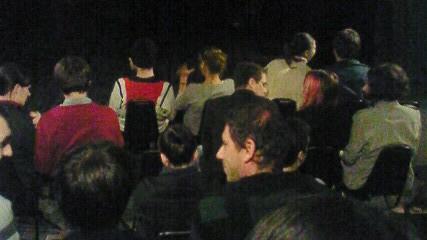 開演前の客席で