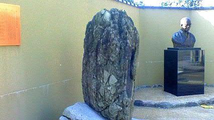 生誕の地に建つ碑・銅像