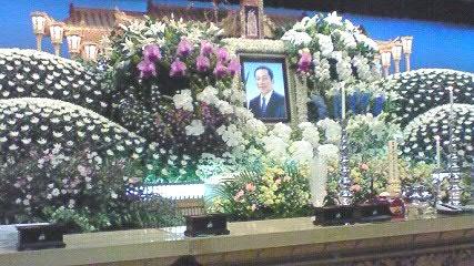 花で飾られた美しい祭壇でした