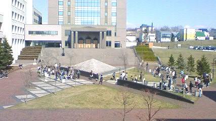 札幌学院大学・昼休みの中庭