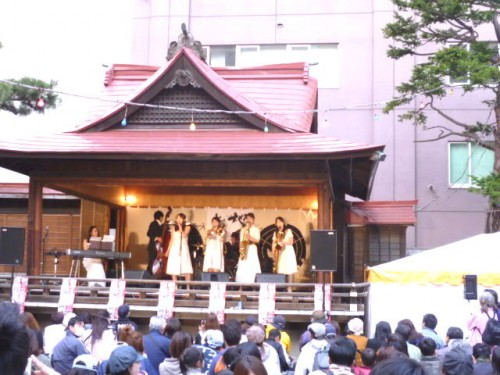 境内の舞台では、ライブ