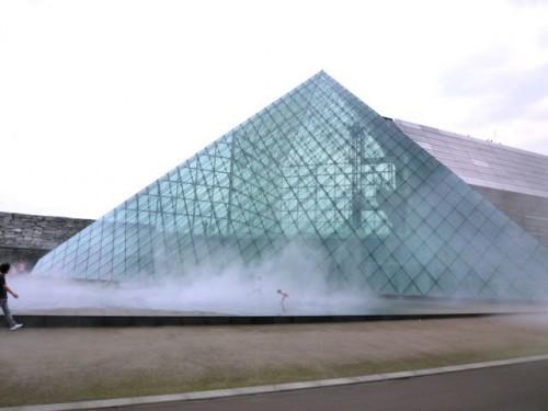 ガラスのピラミッド前の霧噴出