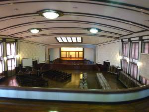東京裁判の場としても有名な大講堂