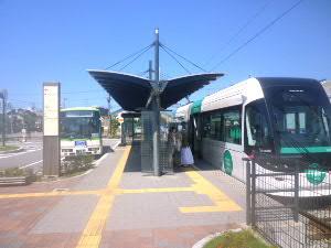 JR路線のライトレール(右)と隣接するバス停