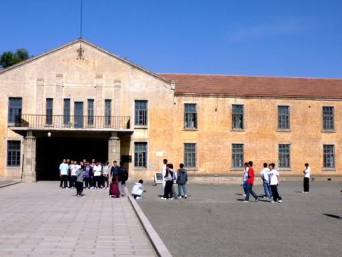 旧陸軍731部隊本部入口で
