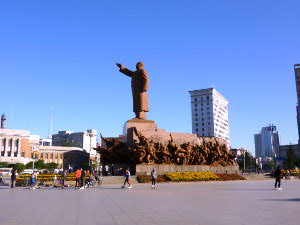 西方を向く巨大な毛沢東像