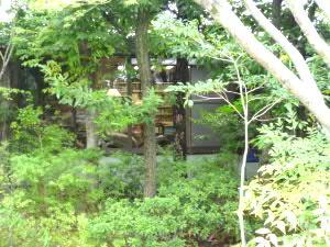 庭から書斎を眺める