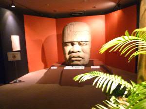 入口正面の巨大石彫(レプリカ)