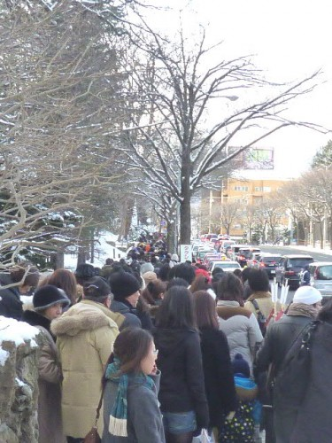 元旦、北海道神宮・表参道は人も車も大混雑