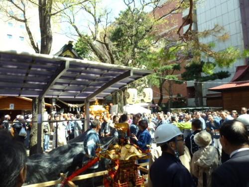 三吉神社境内で渡御準備