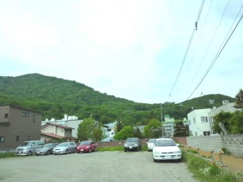 札幌市中央図書館横から藻岩山を望む