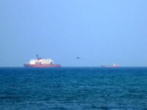 沖ではヘリコプターの着艦訓練