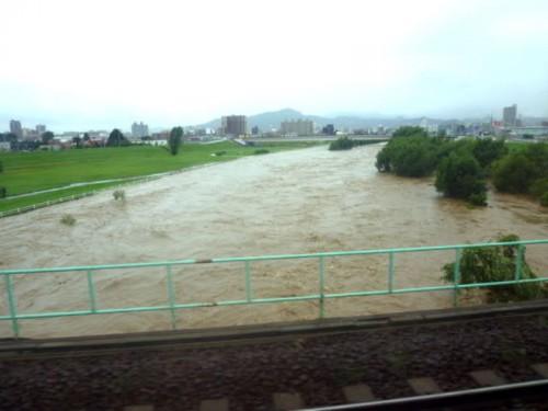 JR千歳線・鉄橋から増水した豊平川