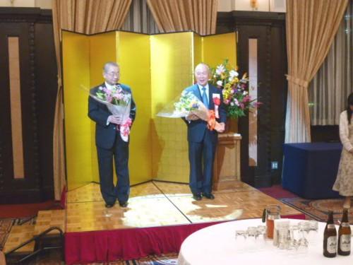 三谷太一郎さん(左)と北城恪太郎さん(右)へ花束贈呈