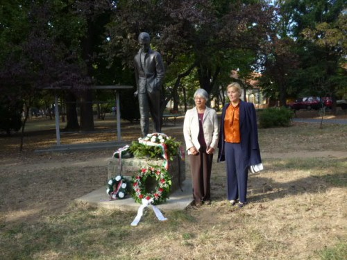 ちよ理事長と市長、アティラ像の前で