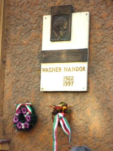 ワグナー・ナンドールの銘版:誕生した家の玄関で