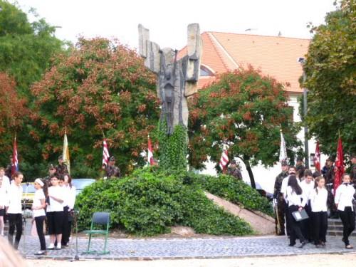 式典前、少し緊張気味の旗手・高校生たち