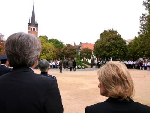 式典に参加の右・副市長(文化・芸術担当)、左・県議会議長