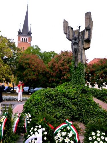 右が「ハンガリアン・コープス像」