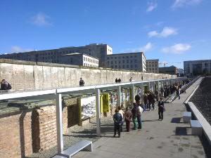 レンガの壁の跡に歴史の展示が約200メートル、更に右側に立派な資料館