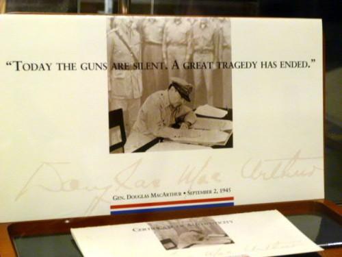 ミズーリ号で署名するマッカーサー
