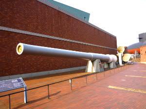 玄関前:実物大の大和主砲砲身