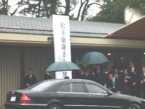 春雨の中、青山葬儀所で