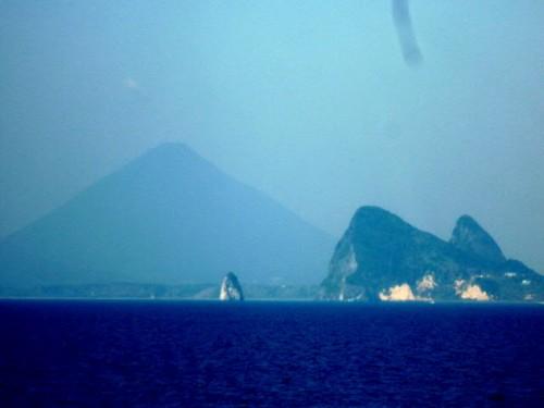 錦江湾から靄にかすむ開聞岳