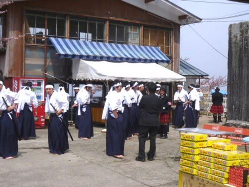 出番を待つ会津高等高校剣舞会の生徒たち