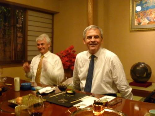 ハンガリー民謡を歌うテーケシュ・ラズロー氏(右)とキッシュ・シャンドール氏
