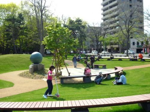 円山公園北一条側:「ふるさと母子像」周辺