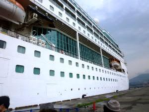 総トン数7万t、全長264m、乗客定員1800人