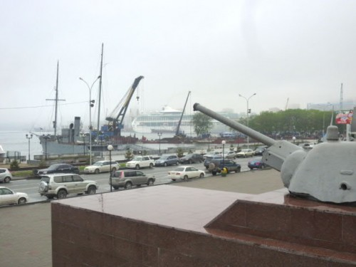 潜水艦博物館から乗ってきた船を臨む