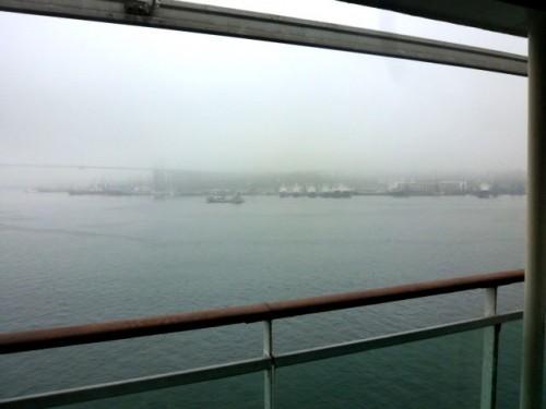 霧のウラジオストクに早朝に入港:海軍艦船と建築中のつり橋