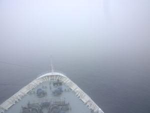 霧に包まれての航行が続く