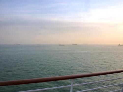 早朝の入港前、港付近で待機(?)の船舶群