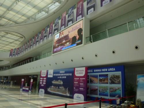 天津港の広大な新ターミナルビル、記念式典の案内フラッグほか