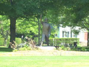 木陰にはスターターの銅像も