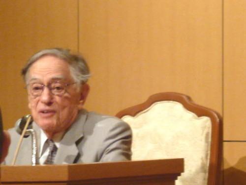 講演されるD.キーン博士(90歳)