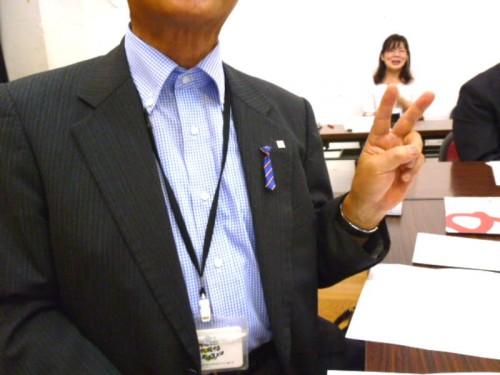 スーツ襟にストライプの小さなネクタイ!