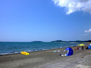 翌日、鏡ヶ浦の海辺