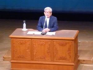 大江健三郎さん、本人は立っての講演を望んだのですが・・・