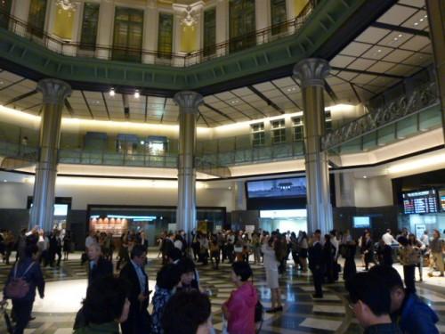 駅建物内で上を見上げる多くの人たち