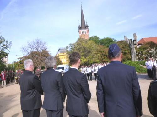 献花する来賓:左から教会トップ、県議会議長、市長、軍トップ