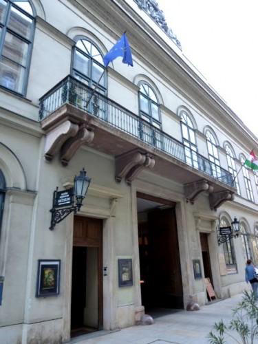 会場はブダペスト市内中心部の美術館